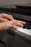 递钢琴 库存照片