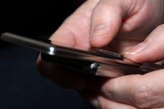 递键入妇女的sms 免版税库存图片