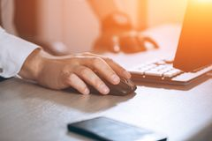 递鼠标 商人计算机 企业成功、合同和重要文件、文书工作或者律师概念 人 免版税库存图片