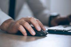 递鼠标 商人计算机 企业成功、合同和重要文件、文书工作或者律师概念 人 免版税库存照片