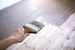 递绘与刷子的一个木地板 免版税库存图片