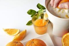 递紧压在厨房用桌被举起的视图的一个桔子 图库摄影