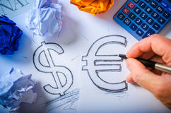 递画美元的符号和欧洲标志 免版税库存照片
