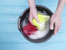 递femalewash衣裳洗衣店在水池做的湿偶然家庭国内 库存图片