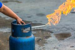 递LPG圆筒运行的阀门烹调的与火, Clos 库存照片