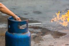 递LPG圆筒运行的阀门烹调的与火, Clos 库存图片
