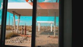 66途径 危机生活方式路66给加油的打破的窗口慢动作录影 老肮脏的离开的加油站 U S 闭合 股票视频
