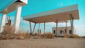 66途径 危机路66给加油的慢动作录影 老肮脏的离开的加油站 U S 闭合的超级市场商店商店 股票录像