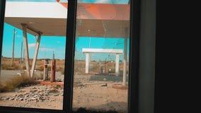66途径 危机路66给加油的打破的生活方式窗口慢动作录影 老肮脏的离开的加油站 U S 闭合 影视素材