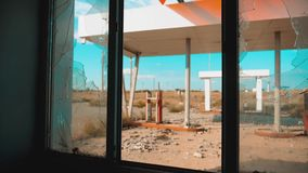66途径 危机路66给加油的打破的窗口慢动作录影 老肮脏的离开的加油站 U S 结束的生活方式 股票录像