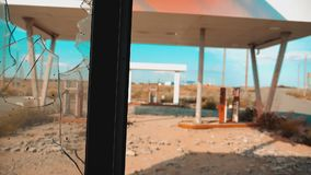 66途径 危机路66给加油的打破的窗口慢动作录影 老肮脏的离开的加油站 U S 闭合 股票录像