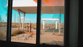 66途径 危机路66给加油的打破的窗口慢动作录影 老肮脏的离开的生活方式加油站 U S 闭合 股票视频