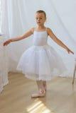 逗人喜爱一点芭蕾舞女演员摆在 库存图片