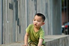 逗人喜爱中国男孩使用 免版税库存照片