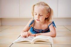 逗人喜爱书的男孩一点读 图库摄影