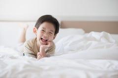 逗人喜爱亚洲儿童说谎 免版税库存图片