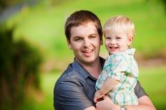逗人喜爱他小的户外人儿子年轻人 库存图片