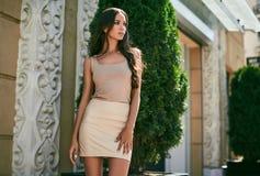 逗人喜爱和华美的拉丁妇女以时尚穿戴 免版税库存图片