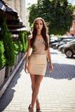 逗人喜爱和华美的拉丁妇女以时尚穿戴 库存照片