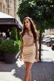 逗人喜爱和华美的拉丁妇女以时尚穿戴 图库摄影