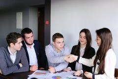 逗人喜爱和教育的年轻人和妇女参与开发 库存照片