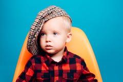 逗人喜爱和时兴 时兴的穿戴的小婴孩 小的子项 有时尚神色的男孩孩子 时尚男孩 敬慕 免版税库存照片
