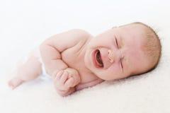 逗人喜爱哭泣2个月女婴 免版税库存照片