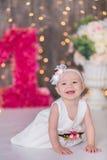 逗人喜爱在地板上的女婴1-2岁开会与桃红色气球在白色的屋子里 查出 非洲裔美国人气球美丽的生日蛋糕庆祝巧克力杯子楼层女孩藏品家当事人当前坐的微笑的包围的时间对年轻人 庆祝 愉快的b 免版税库存图片