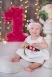 逗人喜爱在地板上的女婴1-2岁开会与桃红色气球在白色的屋子里 查出 非洲裔美国人气球美丽的生日蛋糕庆祝巧克力杯子楼层女孩藏品家当事人当前坐的微笑的包围的时间对年轻人 庆祝 愉快的b 图库摄影