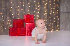 逗人喜爱在地板上的女婴1-2岁开会与桃红色气球在白色的屋子里 查出 非洲裔美国人气球美丽的生日蛋糕庆祝巧克力杯子楼层女孩藏品家当事人当前坐的微笑的包围的时间对年轻人 庆祝 愉快的b 库存照片
