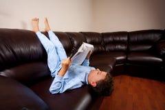 逗人喜爱大的书下来开玩笑读取坐的&# 免版税图库摄影