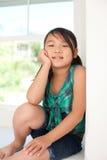 逗人喜爱女孩微笑 免版税图库摄影