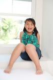 逗人喜爱女孩微笑 免版税库存照片