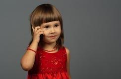 逗人喜爱女孩电话联系 免版税库存图片