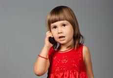 逗人喜爱女孩电话采取 免版税库存照片
