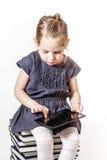 逗人喜爱小女孩使用 免版税库存照片