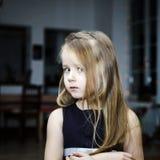 逗人喜爱小女孩摆在室内 图库摄影
