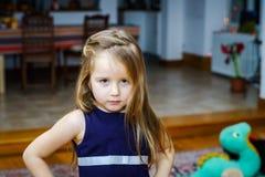 逗人喜爱小女孩摆在室内 库存照片