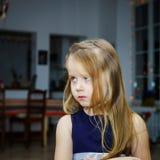 逗人喜爱小女孩摆在室内 免版税图库摄影