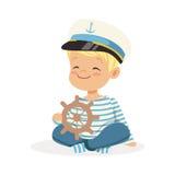 逗人喜爱微笑的小男孩字符佩带水手打扮坐演奏玩具木船轮子的地板五颜六色 向量例证