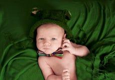 逗人喜爱新出生在有蝶形领结的一个被编织的帽子 免版税库存图片
