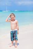 逗人喜爱海滩的男孩一点 免版税库存图片
