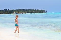 逗人喜爱海滩的男孩使用的一点 免版税库存照片
