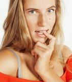 年轻逗人喜爱白肤金发女孩摆在情感在被隔绝的白色背景,生活方式人概念 免版税库存图片