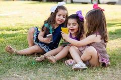 逗人喜爱的一起女孩社会网络 免版税图库摄影