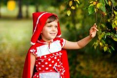 逗人喜爱的七岁女孩在户外秋天 免版税库存图片