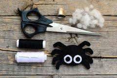 逗人喜爱的万圣夜蜘蛛装饰 步骤 剪刀,螺纹,针,在葡萄酒木桌上的顶针 万圣夜毛毡蜘蛛工艺 免版税库存照片