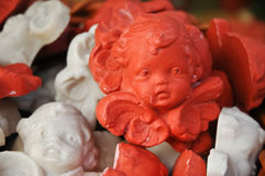 逗人喜爱的丘比特的小的陶瓷装饰品 图库摄影