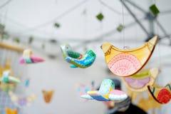 逗人喜爱的五颜六色的木鸟在复活节市场上卖了在维尔纽斯 库存图片