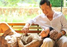 逗人喜爱的亚洲夫妇 免版税库存照片